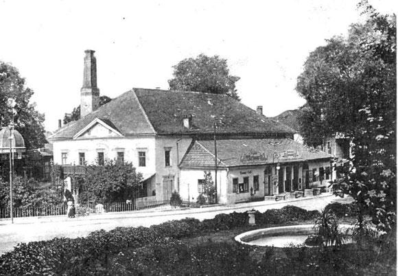 Im Theateranbau Apothekenfiliale Biedermann rechts und Buchladen Kaffenberger links - Archiv W.Malek