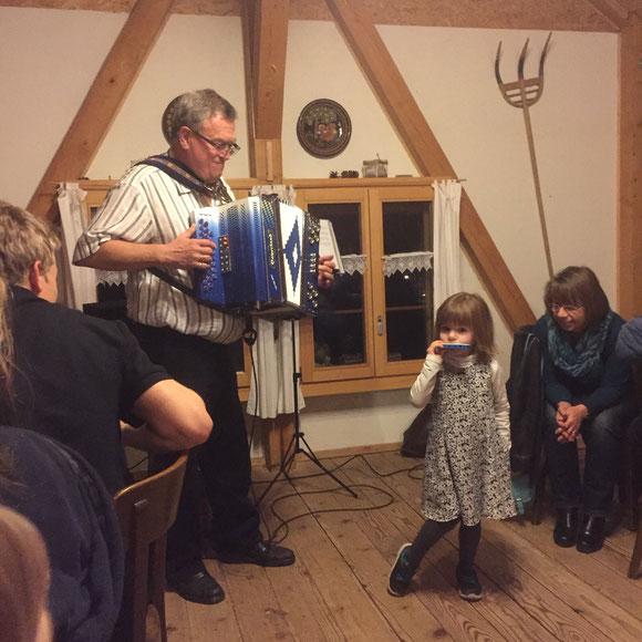Ändu bei seinem Geburtstagsfest 65 mit Enkelin Livia Lena
