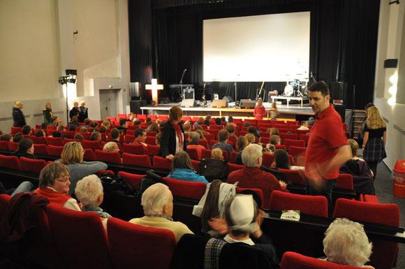 Zum Gottesdienst am Sonntagmorgen kam auch die Gemeinde aus dem Haus Gottesfrieden dazu.