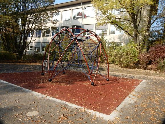 Klettergerüst  im Schulhof (Anschubfinanzierung in Höhe von 3000€  vom Förderverein)