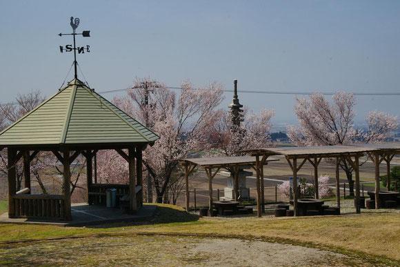 キャンプファイヤー広場からバーベキュー広場を撮影(扇状地や富山湾と能登半島がを眺めます。)