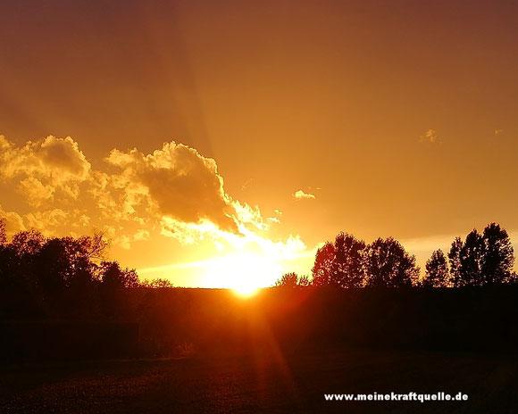 Kraftquelle, Sonnenuntergang Hessen, Abschied vom Sommer,  Sommer ade, Abendrot, Herbstzeit und Sonne, leuchtende Farben am Himmel