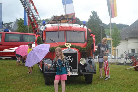 Besonders Kinder bestaunen das alte Feuerwehrfahrzeug.TV-Foto: Gina Inman