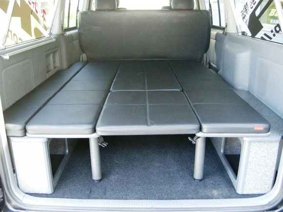 NV350キャラバン用ベッドキットの決定版!跳ね上げ収納できて、荷室も広々使えます。