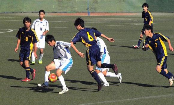 ボール保持するMF斎藤駿