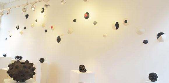 Aan de muur: Installatie van Porcelain Apogeum, 2014, Ruth van Eck-Rotholz / Nu kunt u dit werk aan de atelier van Ruth van Eck-Rotholz in Utrecht te zien.
