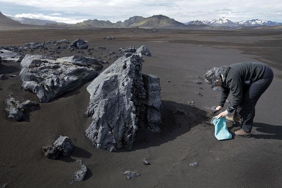 Récolte de cendres volcaniques (Islande)