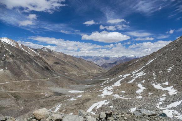 Die Nordrampe des Khardung La. Im Hintergrund die Berge des Karakorum.