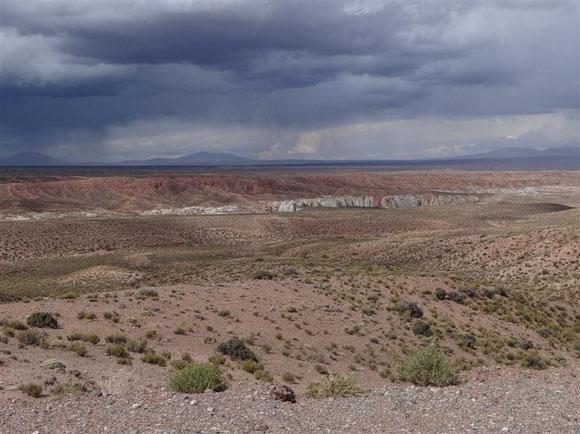 die weite Hochebene auf argentinischer Seite, und die drohenden Gewitterwolken...