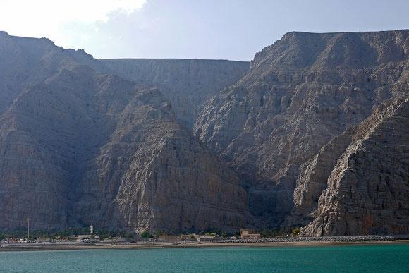 Eng an den Fels geduckt, liegen die alten Dörfer.