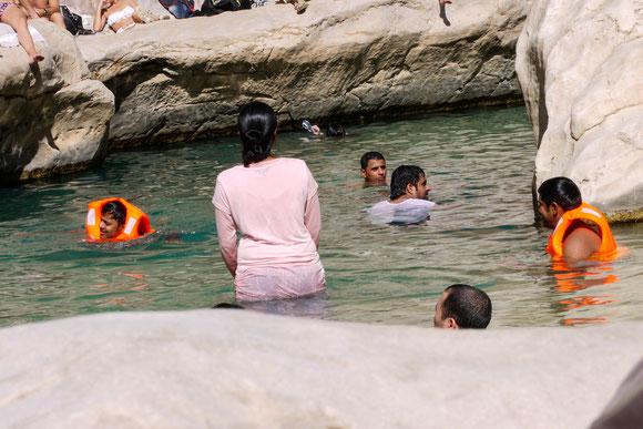 eine indische Großfamilie, die ihren Spaß im wohl ungewohnten Wasser hat.