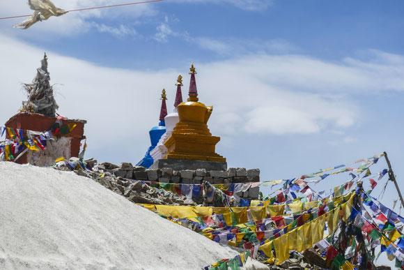 die Stupas über dem Pass