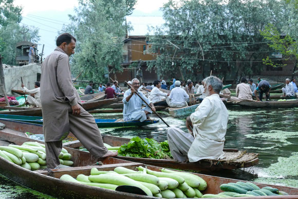 Im Morgengrauen feilschen die Händler und Kunden auf dem Floating Market um den Gemüsepreis.