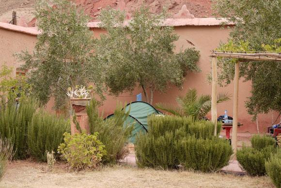 Im Riad Da Tougha fanden wir ein hervorragendes Plätzchen für unser Zelt. Ibrahim versorgte uns wunderbar mit Frühstück und Abendessen. Alles war sehr sauber und gepflegt. Dazu die Aussicht durch das Dades Tal.