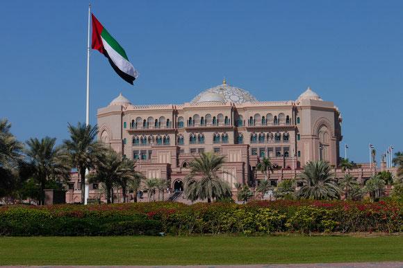 """das """"Emirates Palace"""" in seinem Park, gebaut für eine Zusammenkunft der Scheiche, und was macht man dann damit: ein Luxushotel"""