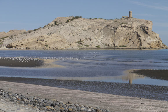 Ras As Sawadii mit dem alten Leuchtturm auf der großen Insel davor