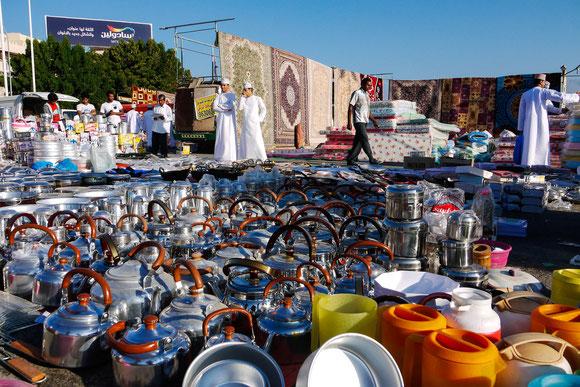 nicht nur traditionelle Waren werden heutzutage auf dem fliegenden Markt angeboten.