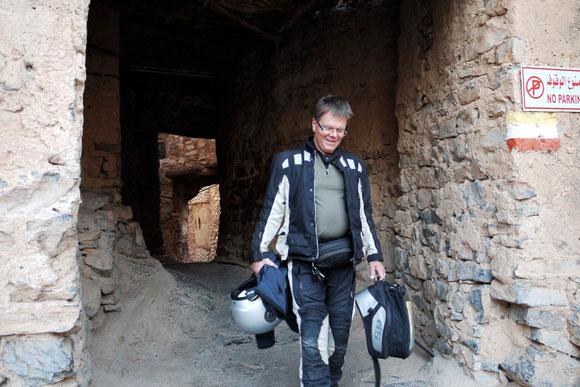 Ausgang aus dem Gassengewirr von Misfah, nur mit leichten Gepäck versehen für unsere Tour