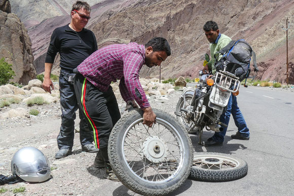 Wir haben uns einen Nagel in den Reifen gefahren. Mit Makshood als Fast Assistance kein Problem. Nach einer 1/4 Stunde rollen wir wieder.