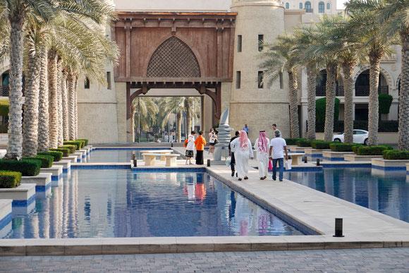 nein, kein alter Palast, sondern Außenbereich eines neuen Luxushotels nähe des Burj al Khalifa