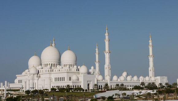 Sheik Zayed hat sich bereits mit dieser neuen Moschee verewigt: komplett in weißem Marmor und viel Gold. Und für Andersgläubige bis auf eine kurze Zeit am Freitag jederzeit zugänglich; mit vielen technischen Raffinessen ausgestattet.