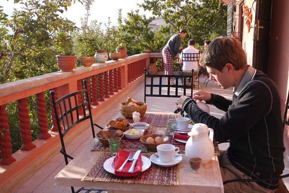 Frühstück auf der Terrasse - Die Äpfel wachsen uns fast auf den Teller.