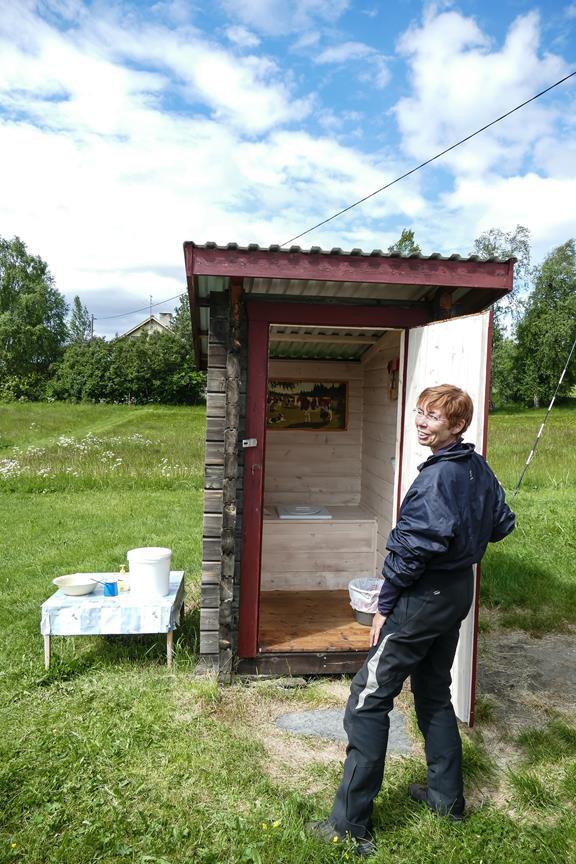 die Toilette eines gemütlichen Cafés, auch piekfein eingerichtet.