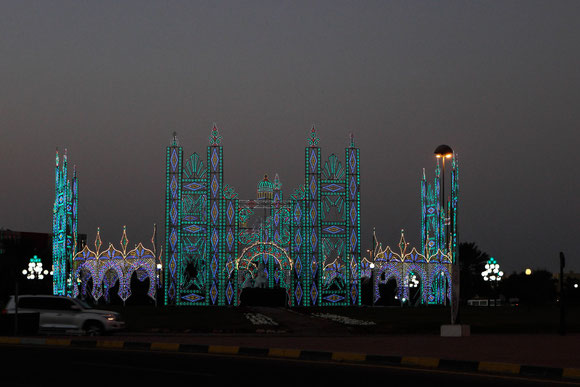 ein besonders schön gestalteter Kreisverkehr von Al Ain, zum Glück sind wir nach Sonnenuntergang dort angekommen, um das überhaupt sehen zu können.