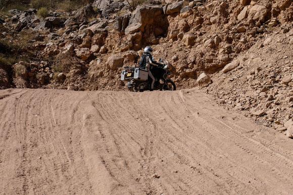 """nachdem er in der Kurve davor schon im weichen Sand hängen geblieben war, ist er den nächsten Abschnitt sicherheitshalber ohne """"Zusatzgepäck"""" gefahren."""
