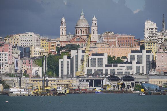 Abends im Hafen von Genua. Die Gewitterwolken können wir gern hier lassen ...