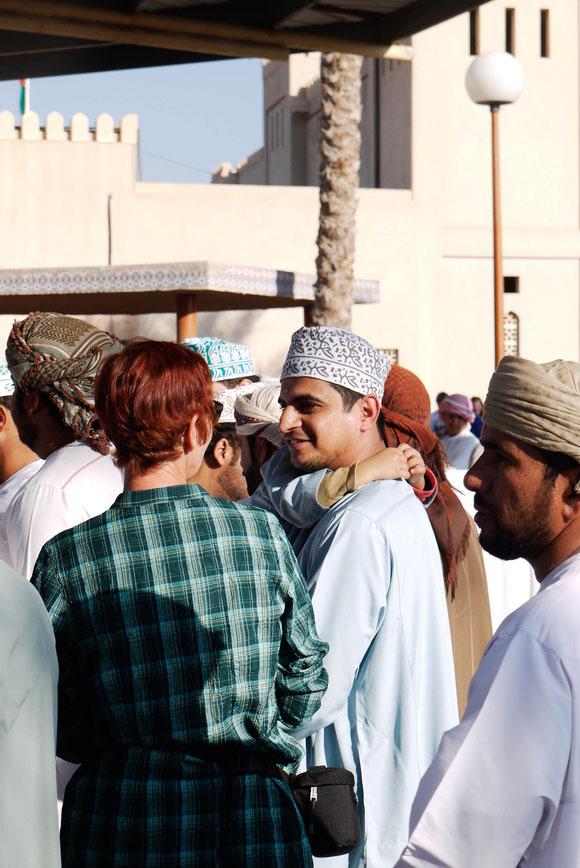 einige Omanis haben gar keine Probleme, mit einer fremden Frau zu sprechen, auch wenn der Kontakt hier über den kleinen Sohn zustande kam. In anderen Bereichen, auch Geschäften, haben die Omanis ihre Worte an den Mann gerichtet und ich habe übersetzt.