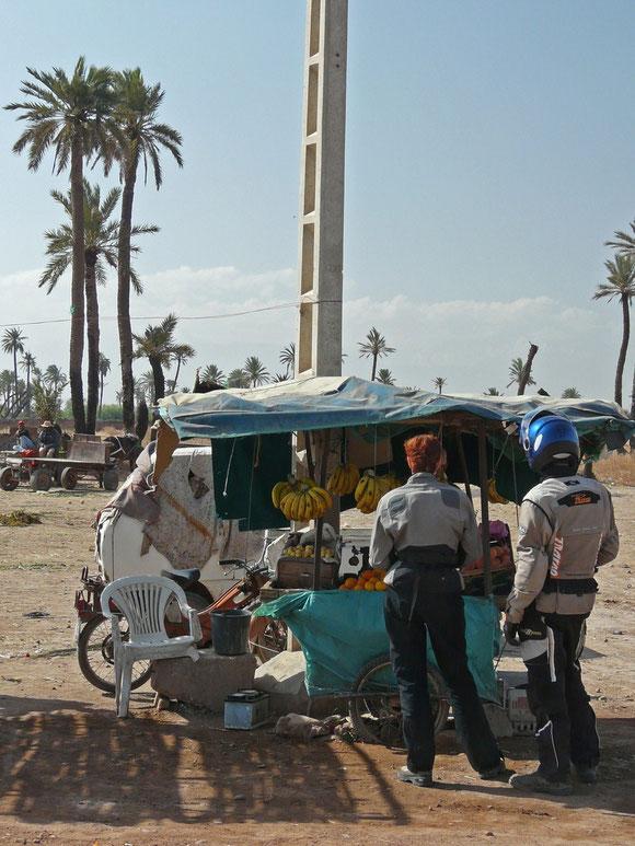 Ein letzter Provianteinkauf bei einem der fliegenden Händler, an der Ausfallstraße nach Khénifra