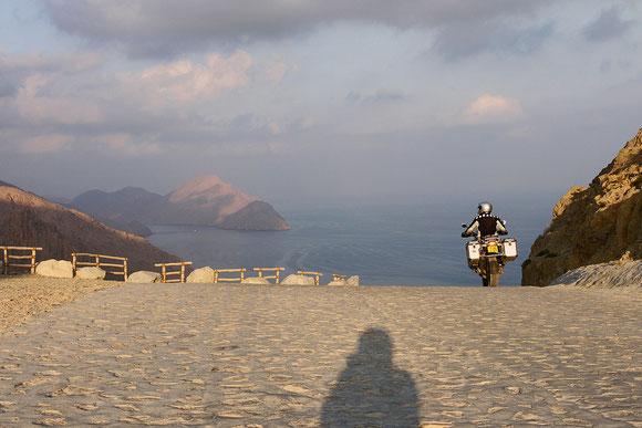 die Gleitschirm-Absprungschanze des Nobel-Resorts Zingy, das senkrecht unterhalb in der Bucht liegt. Nur per Boot oder über unsere Piste und einen Pass zu erreichen.