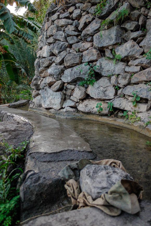 die Verteilung des kostbaren Wassers erfolgt nach einem genau festgelegten Plan, und die Nachfolgenden sorgen schon dafür, dass das Wasser an solchen Stellen umgeleitet wird.
