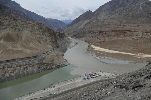 Hier vereinigen sich Indus (von links) und Zanskar River (von vorn).