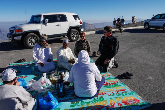 ... und oben auf der Passkehre treffen wir auf eine Gruppe von Omanis, die dort frühstücken. Wir hatten keine Chance, wir mussten uns zu ihnen setzen und etwas annehmen. Außer dem üblichen woher und wohin zeigten sie sich aber auch politisch interessiert.