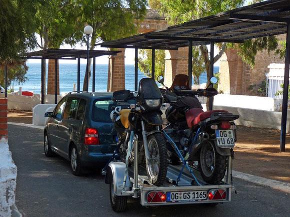 """Die Motorräder sind verladen, wir verlassen den Campingplatz """"La Garrofa"""", auf dem unser Gespann für 3 Wochen sicher stand, und machen uns auf die letzten 2000 km bis zuhause. Bequem. klimatisiert - Europa hat uns wieder."""