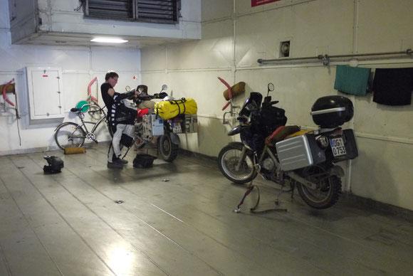 Selten habe ich bessere Verzurrmöglichkeiten für Motorräder vorgefunden