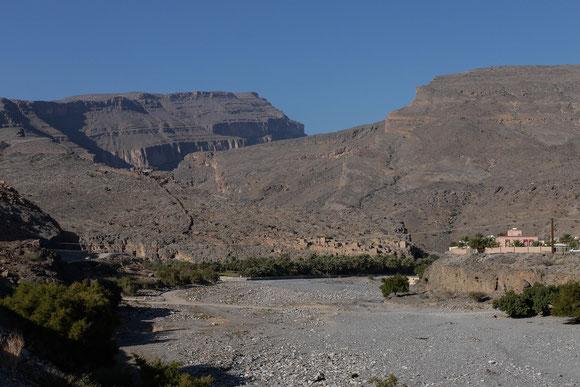 rechts der neue Ort, in der Mitte fast unsichtbar der alte Ort, und dahinter baut sich schon der Canyon auf.