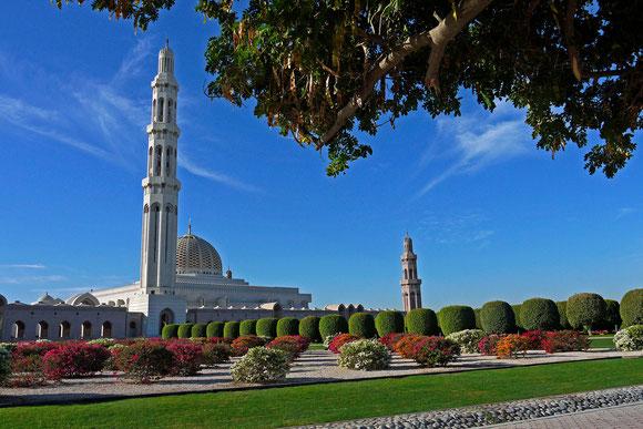 die Sultan-Qabos-Moschee weit außerhalb des Stadtzentrums, auf den ersten Blick nicht so beeindruckend wie erwartet, von wunderschönen Gartenanlagen umgeben. Die einzige Moschee in Muscat, die Andersgläubige betreten dürfen.