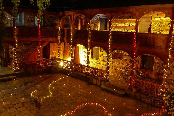 Nagar Castle. Die spezielle Beleuchtung ist aber nicht Standard, sondern gehörte zu Werbe-Filmaufnahmen, die abends gedreht wurden.