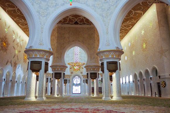 sorry, leider ohne andere Besucher für den Größenvergleich. Imposant groß, uns hat aber die große Moschee in Muscat besser gefallen.