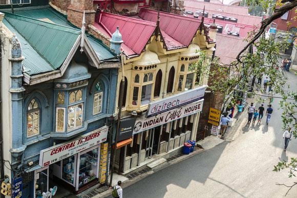 The Mall. Schönes, altes Stadtzentrum. Shimla ist Universitätsstadt und Hauptstadt des Bundesstaates Himachal Pradesh.