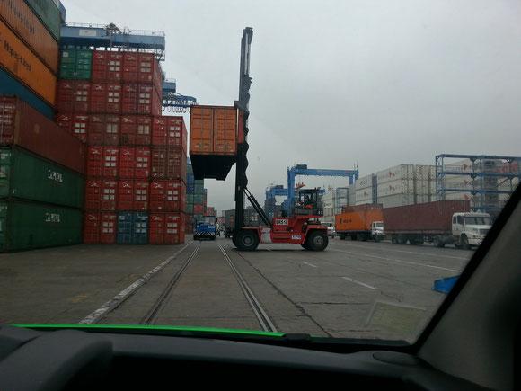 Im Containerhafen von Valparaiso, im üblichen Küstennebel