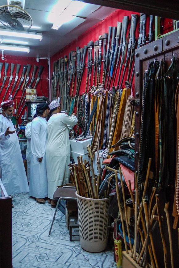 """im angrenzenden Souk kam erst einmal die Abteilung """"Waffen"""": alte Vorderlader und die Krummdolche, die viele auch heute noch tragen, aber auch die traditionellen Holzstöcke aus der Hirtentradition."""
