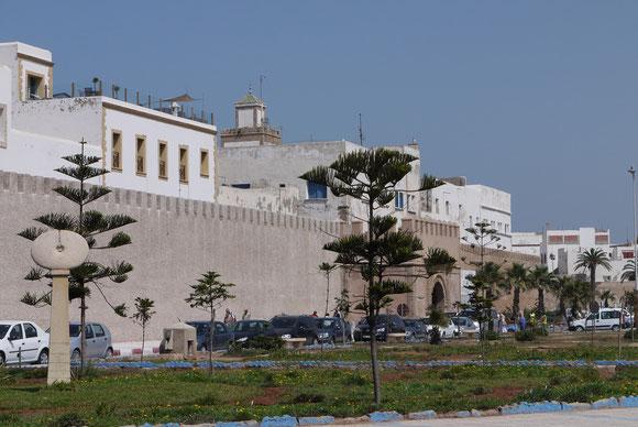 Essaouira - die Fahrzeuge müssen vor dieser Mauer bleiben