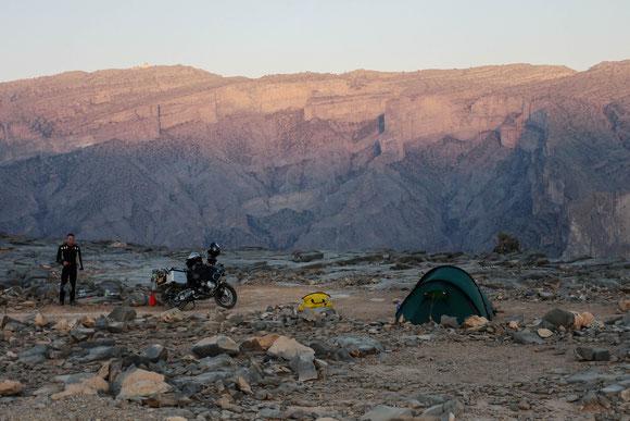 Blick später in die andere Richtung auf den Djebel Shams, den Sonnenberg, 3.009 m hoch, mit der militärischen Station auf der Spitze.