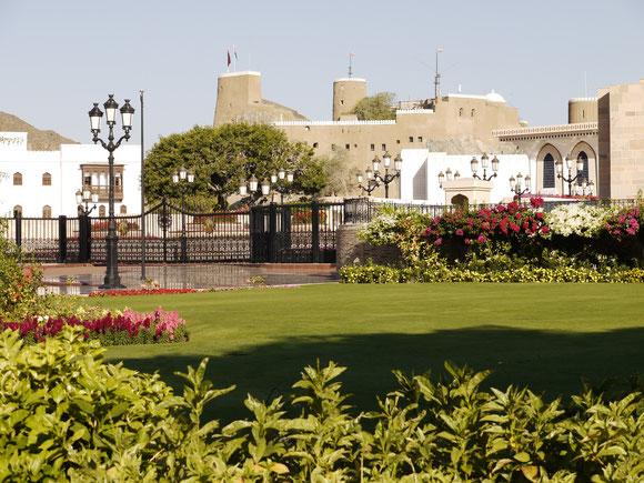das alte Fort, eine kleine Ecke vom Sultanspalast (am rechten Bildrand) und die typischen Parkanlagen