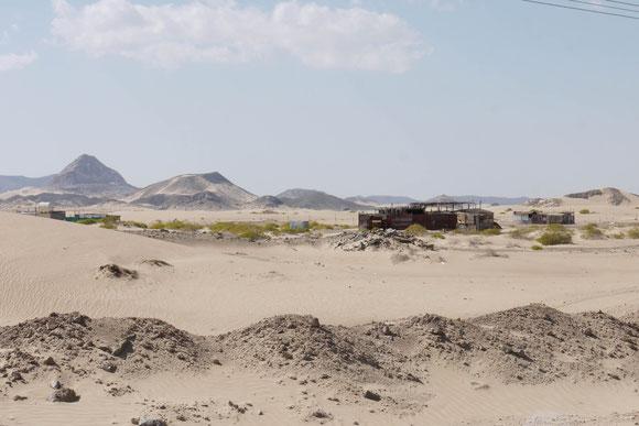 schöner feiner Sand, der teilweise auch auf die Straße geweht war. Aber die Behausungen wirken ärmlicher als alles, was wir vorher im Oman gesehen haben.