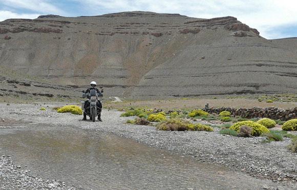 Der Fluss muss häufig gequert werden. Das befahrbare Ufer wechselt mehrfach die Seite. Gut, dass der Wasserstand so niedrig ist!